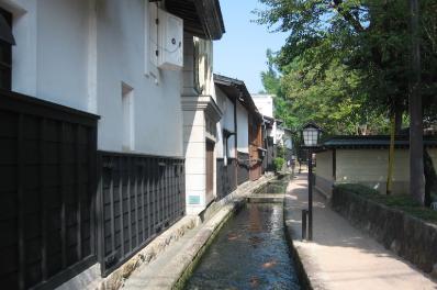 飛騨古川駅で降車し、白壁土蔵が続く町並みを散策
