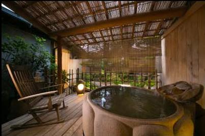 客室にしつらえられた露天風呂で朝風呂を楽しむ