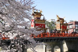 春の高山祭